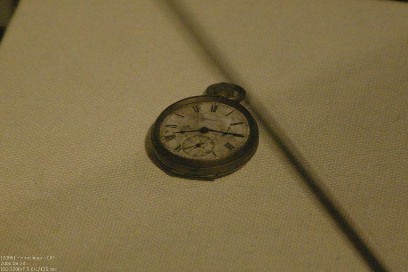 die berühte Uhr mit Zeitpunkt der Detonation