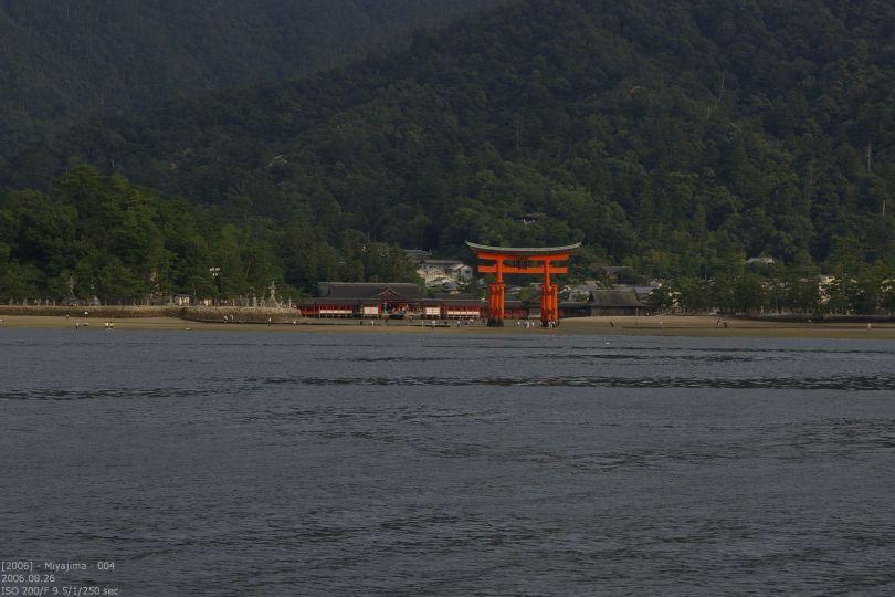 Itsukushima Schrein vom Wasser aus