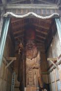 Holzstatue im Wald