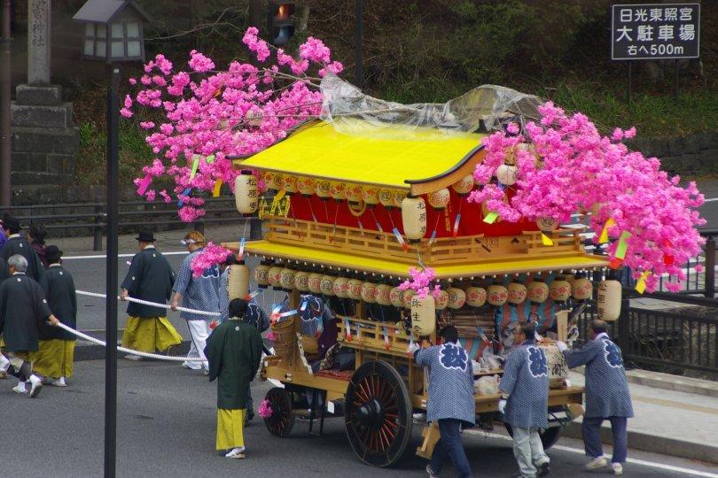 Nikko Matsuri - Festwagen an der Brücke