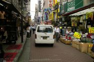 schmale Einkaufstraße in Ueno