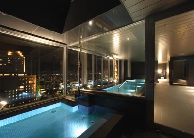 Der Pool mit Sapporo-Panoramablick